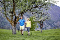 VACANZE ATTIVE CON IL NORDIC <br>WALKING: UNO SPORT DI TENDENZA SALUTARE <br>E DIMAGRANTE