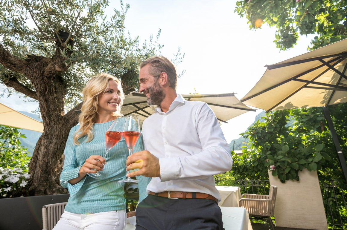 Paar stößt auf Preidlhof Terrasse mit Rosè an