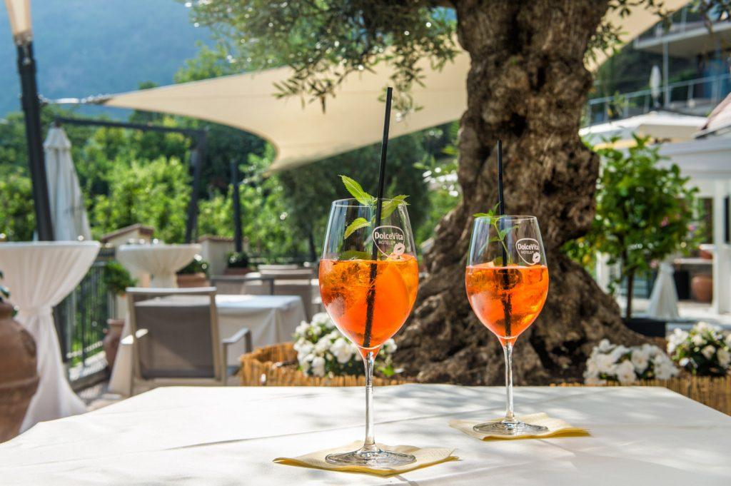 Südtirol trinken: zwei Gläser Veneziano auf der Terrasse des Preidlhof
