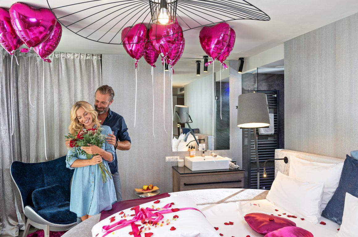adults only im Liebeshotel - verliebtes Paar im Zimmer